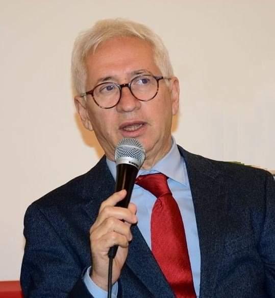 Mario Libeerto durante una conferenza sui legumi