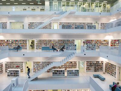 Biblioteca piena di libri